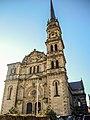 Façade et flêche de l'église, haute de 45 mètres.jpg