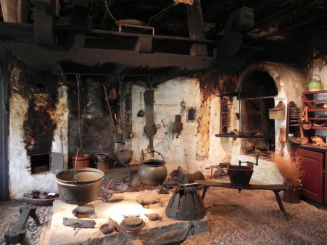 File:Feuerstelle Rauchhaus Römstedthaus Bergen.jpg