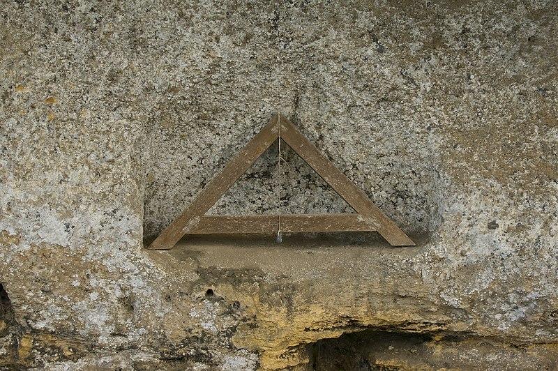 File:Fil à plomb Roque Saint Christophe.jpg