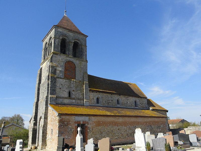Côté sud de l'église Saint-Thibault de Flavigny (51) et son cimetière.