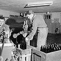 Flessen vullen bij wijnhandel Richard Scheid, Bestanddeelnr 254-4238.jpg