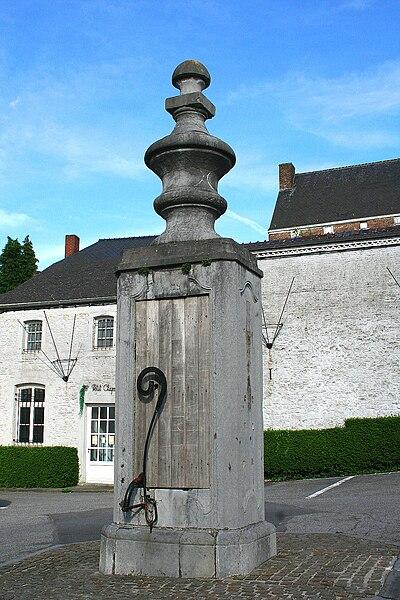 Fosses-la-Ville  (Belgium), Place du Chapitre – Hand pump of classical style (XVIIIth century).