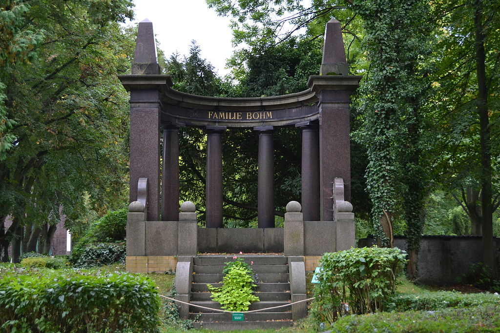 Das Bohm-Mausoleum (Erbbegräbnis der Familie Bohm mit darauf ausgerichteter Lindenallee) auf dem Friedhof Fredersdorf