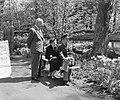 Generaal Gruenther, met echtgenote, bezoekt Keukenhof, in gezelschap van ministe, Bestanddeelnr 906-4633.jpg
