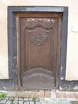 Geschnitzte Haustüre, Am Pulverturm 9.JPG