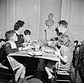 Gezin aan tafel tijdens de maaltijd, Bestanddeelnr 252-9353.jpg