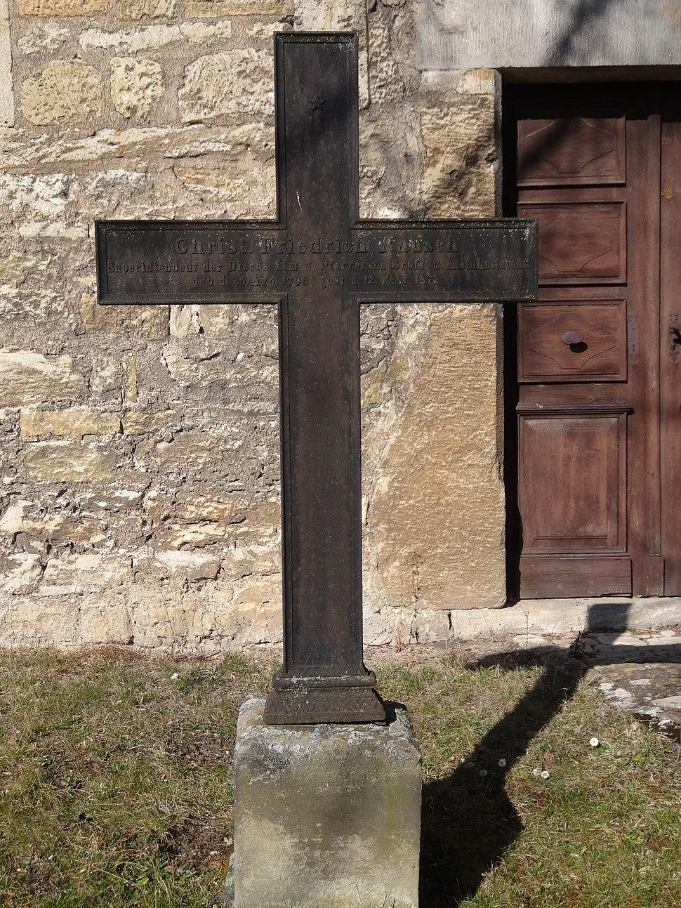 Grabkreuz auf dem Friedhof von Großhettstedt 1