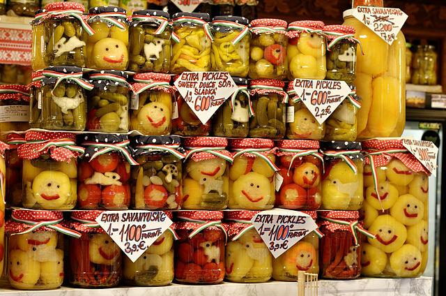 Cornichons et autres légumes au vinaigre dans un marché de Budapest
