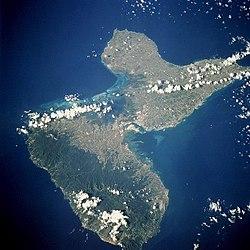 L'île de la Guadeloupe vu de l'espace, septembre 1994. Basse Terre est en bas à gauche, on devine son relief, Grande-Terre est en haut à droite.