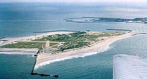 Blick aus einem Flugzeug auf die Düne, mit Südhafen der Hauptinsel Helgoland im Hintergrund