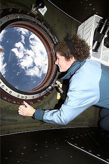 L'astronauta Susan Helms, ingegnere di volo della Expedition 2, osserva la Terra dal finestrino del laboratorio Destiny