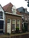 foto van Pand zonder verdieping met schilddak, waarin dakkapel met driehoekige bekroning