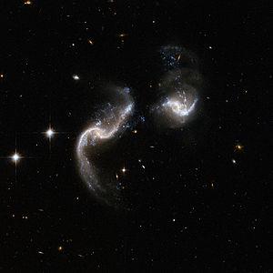 Das Galaxienpaar Arp 256 aufgenommen vom Hubble-Weltraumteleskop. Links befindet sich PGC1221 und rechts PGC1224.
