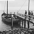 IJsselmeer nog dicht, deze boot ligt al vier weken vast, schipper doet boodschap, Bestanddeelnr 915-9139.jpg