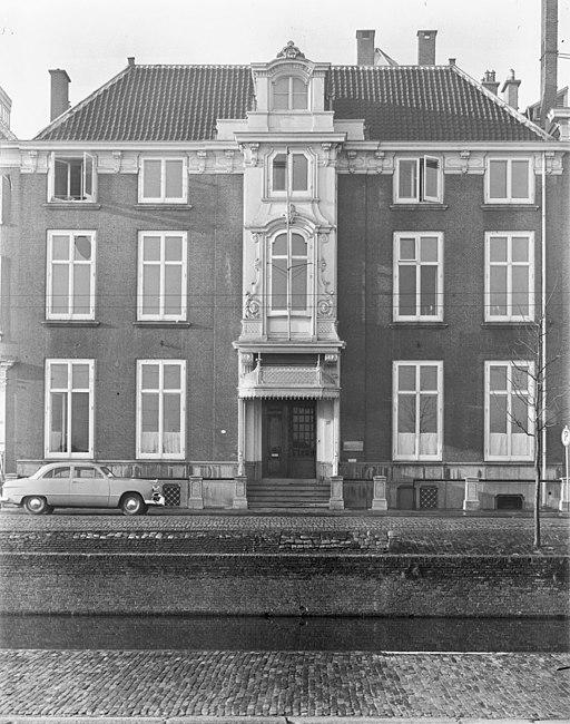 Ingang Ministerie van Onderwijs, Kunsten en Wetenschappen - 's-Gravenhage - 20090094 - RCE