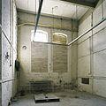 Interieur, overzicht van een ruimte in de fabriekshal met twee dichtgemetselde ramen - Maastricht - 20385984 - RCE.jpg