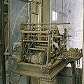 Interieur, overzicht van het uurwerk, in het hok op de zolder van het koetshuis - Paterswolde - 20387391 - RCE.jpg