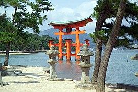 ItsukushimaTorii7377.jpg