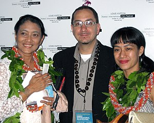 Nia Dinata - Dinata (right) at the Hawaii International Film Festival with Jajang C. Noer (left)