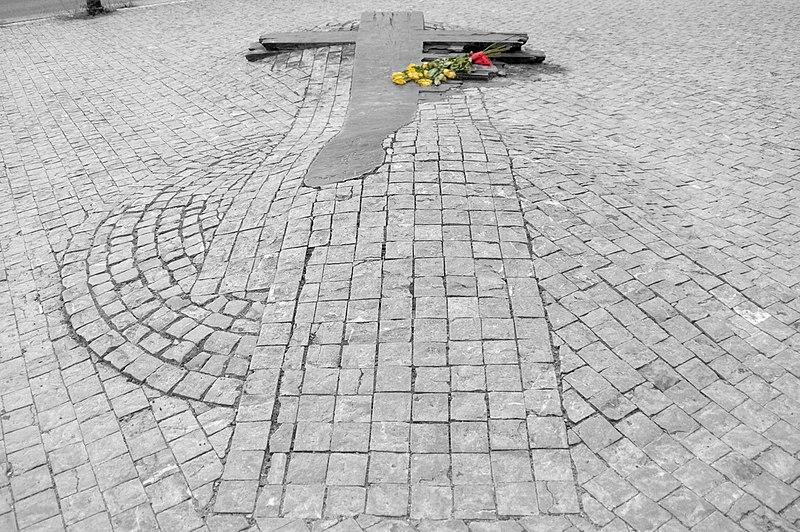 Memorian Jan Palach dan Jan Zajic di depan Museum Nasional di Wenceslas Square, Prague, Republik Ceko yang dibuat oleh artis asal Ceko, Barbora Cesela