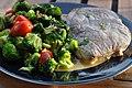 Kalv med broccoli, hvidløg, tomater og salvie (7901631574).jpg