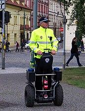 Klárov, strážník na segwayi.jpg