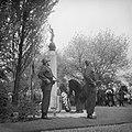 Kranslegging door burgemeester Van Hall op de Oosterbegraafplaats, Bestanddeelnr 912-4486.jpg
