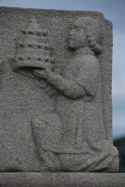 Base sculptée - présentation d'une tiare