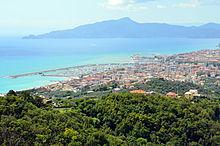 Panorama della costa tigullina tra le città di Lavagna e Chiavari. Sullo sfondo il promontorio di Portofino.