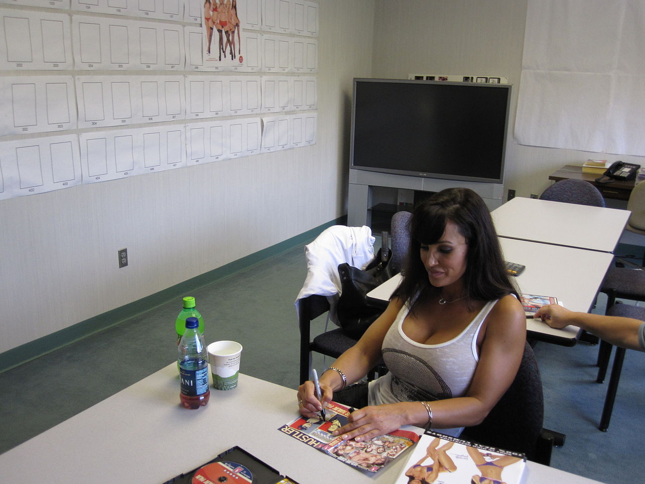 file:lisa ann at adam and eve home office signing - wikimedia