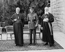 Il cardinale Ascalesi (a sinistra) con il feldmaresciallo britannico Herbert Plumer, I visconte Plumer ed il primate latino a Gerusalemme, Luigi Barlassina. Fotografia scattata a Gerusalemme nel 1926