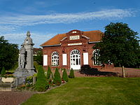 Mairie et monument aux morts de Proville (Nord, France).JPG