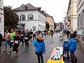 Marathon Freiburg in der Wallstraße mit Wasserverpflegung 3.jpg