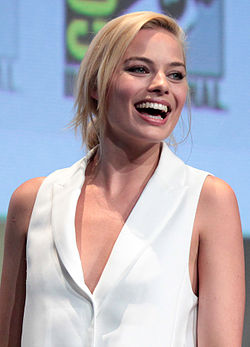 Margot Robbie på podiet under Comic-Con 2015.