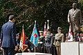 Mateusz Morawiecki oddaje hołd przy pomniku Prezydenta Polski prof. Lecha Kaczyńskiego w Szczecinie.jpg