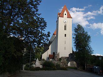 Dunkelsteinerwald - Image: Mauer Kirche 01