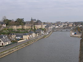 Mayenne - City center seen from the Europe bridge - Right bank.jpg