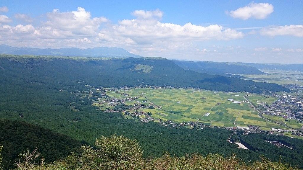 https://upload.wikimedia.org/wikipedia/commons/thumb/0/00/Mount_Aso_kabuto-iwa_viewpoint.JPG/1024px-Mount_Aso_kabuto-iwa_viewpoint.JPG