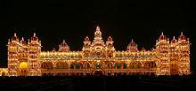 Golden 5-podlažní Mysore Palace budova s 21 věžemi a klenutými centrální věž