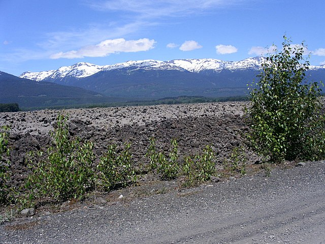 Nasa Valley Lava Beds from the Tesax Cone By Dave Walker (Flickr) [CC-BY-SA-2.0 (https://creativecommons.org/licenses/by-sa/2.0)], via Wikimedia Commons