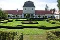 Nebersdorf-Schloss Garten Rückseite zum Schloss.jpg