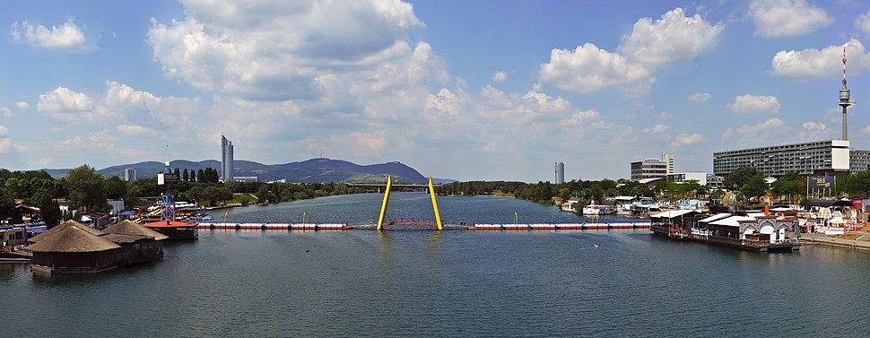 Neue Donau mit der Fußgängerbrücke Ponte Cagrana in Wien