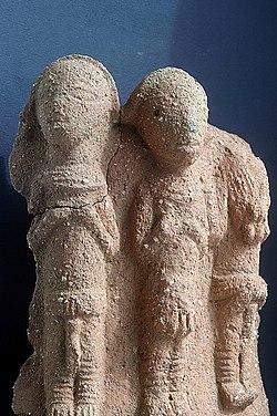 Nok Kultur, Nigeria. Fragment eines Gefäßes mit mehreren Figuren im Halbrelief..jpg