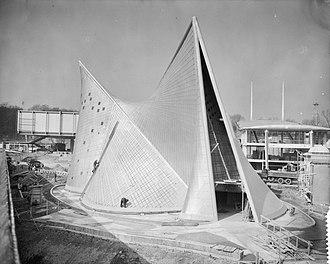Philips Pavilion - Image: Opbouw wereldtentoonstellin g in Brussel, Philipspaviljoen, Bestanddeelnr 909 4204
