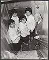 Otto frank leidt japanse meisjes rond in het huis, Bestanddeelnr 093-0578.jpg