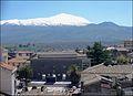 Palazzo municipale con Etna sullo sfondo.jpg