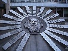 Monumento à tabela periódica na Universidade de Química e Tecnologia de Alimentos em Bratislava na Eslováquia.
