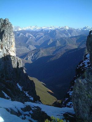 Parque natural de Redes, al fondo los Picos de...