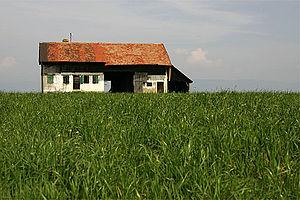 Gletterens - Abandoned farm house in fields outside Gletterens