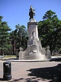 Monumento en el centro de la Plaza Zabala